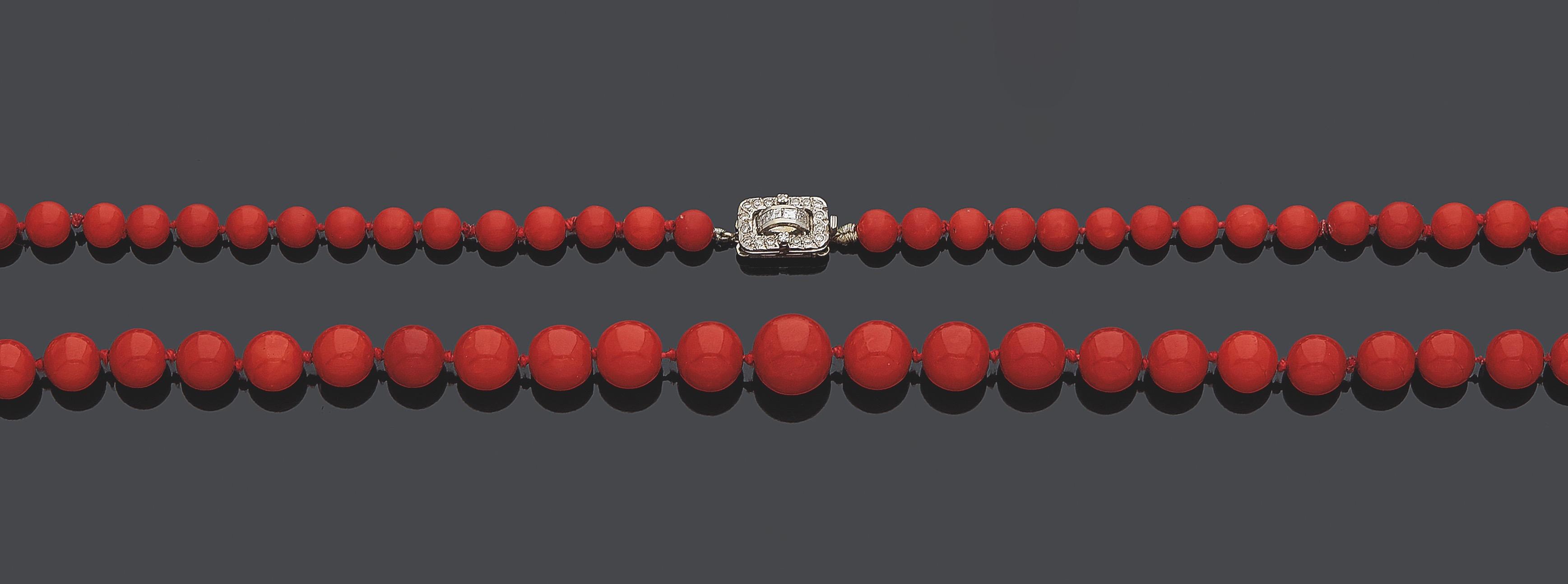 31. MELLERIO SAUTOIR composé d'un rang de perles de corail rouge en chute. Fermoir rectangulaire en or gris (750‰) serti de diamants calibrés et 8/8. Fermoir signé MELLERIO, et numéroté. Poinçon de Maître du joaillier parisien SOUBRENIE & BOIS. Diam. des perles : 6,9 à 13 mm. Long. : 96 cm. Poids brut : 90,5 g. 600/800 Expert Cukierman