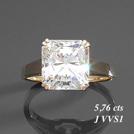 40. BAGUE en or gris (750‰) serti d'un diamant carré taillé à degrés pesant 5,76 carats. Doigt : 59. Poids brut : 5,8 g. Le diamant est accompagné d'un rapport d'analyse gemmologique du laboratoire GIA datant du 2/6/2020, attestant son poids de 5,76 carats, sa couleur J, sa pureté VVS1, sans fluorescence. Expert Cukierman