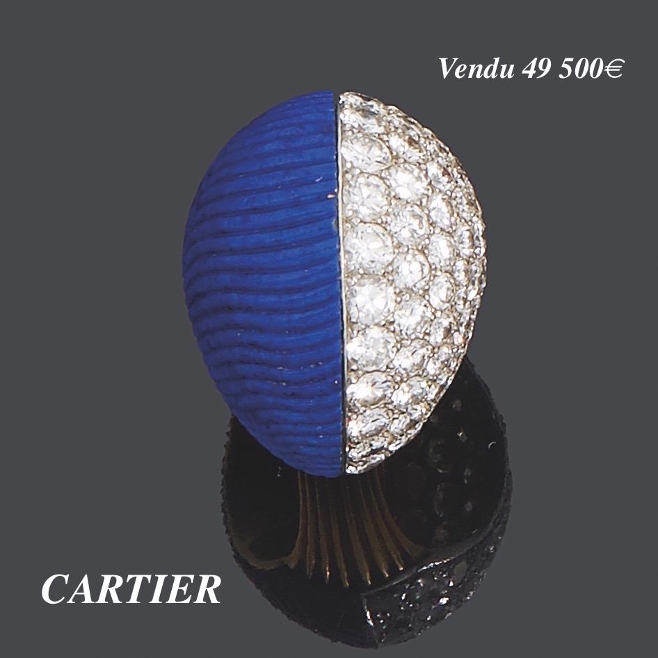 47. CARTIER Importante BAGUE modèle « Boule » en platine (950‰) et or jaune (750‰) godronné, à moitié pavée de diamants taille brillant et l'autre moitié ornée d'un lapis lazuli godronné et bombé. Travail français, vers 1969. Signée CARTIER, Paris et numérotée. Porte le poinçon de Maître du joaillier. Doigt : 53. Poids brut : 22,3 g. Bibliographie : pour le même modèle en corail, « Etourdissant CARTIER, la création depuis 1937 », Nadine COLENO, Editions du Regard, page 164 reproduit en pleine page. Expert Cukierman