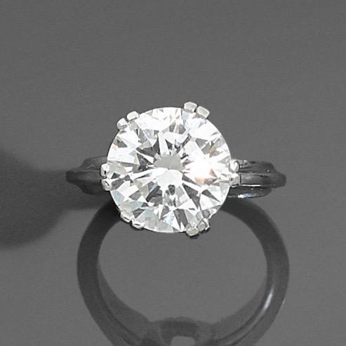 74. BAGUE solitaire en platine (950‰) serti d'un diamant pesant 5,80 carats taille brillant. Egrisure. Doigt : 52 (mise à taille, boules). Poids brut : 9,9 g. Le diamant est accompagné d'un rapport d'analyse gemmologique du laboratoire IGI datant du 28/06/2020, attestant son poids de 5,80 carats, sa couleur J, sa pureté Si2, légère fluorescence, inscription du numéro de certificat au laser sur le rondiste. 37.000/40.000 Expert Cukierman