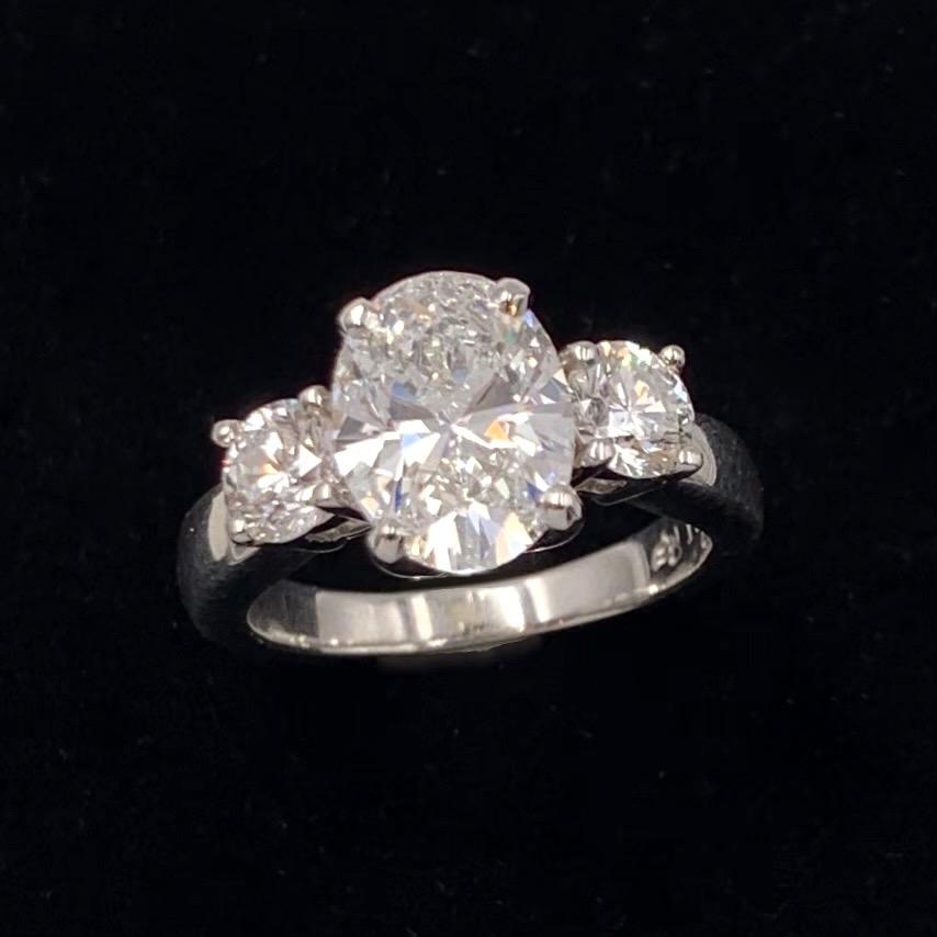 89. BAGUE en platine (min. 800‰) serti d'un diamant ovale pesant 2,3 carats, épaulé de deux diamants taille brillant. Doigt : 52-53 (trace de mise à taille) Poids brut : 9,7 g. Le diamant est accompagné d'un rapport d'analyse gemmologique du laboratoire LFG datant du 5/10/2020, attestant son poids de 2,30 carats, sa couleur F, sa pureté Si1, sans fluorescence. 6.000/8.000 Expert Cukierman