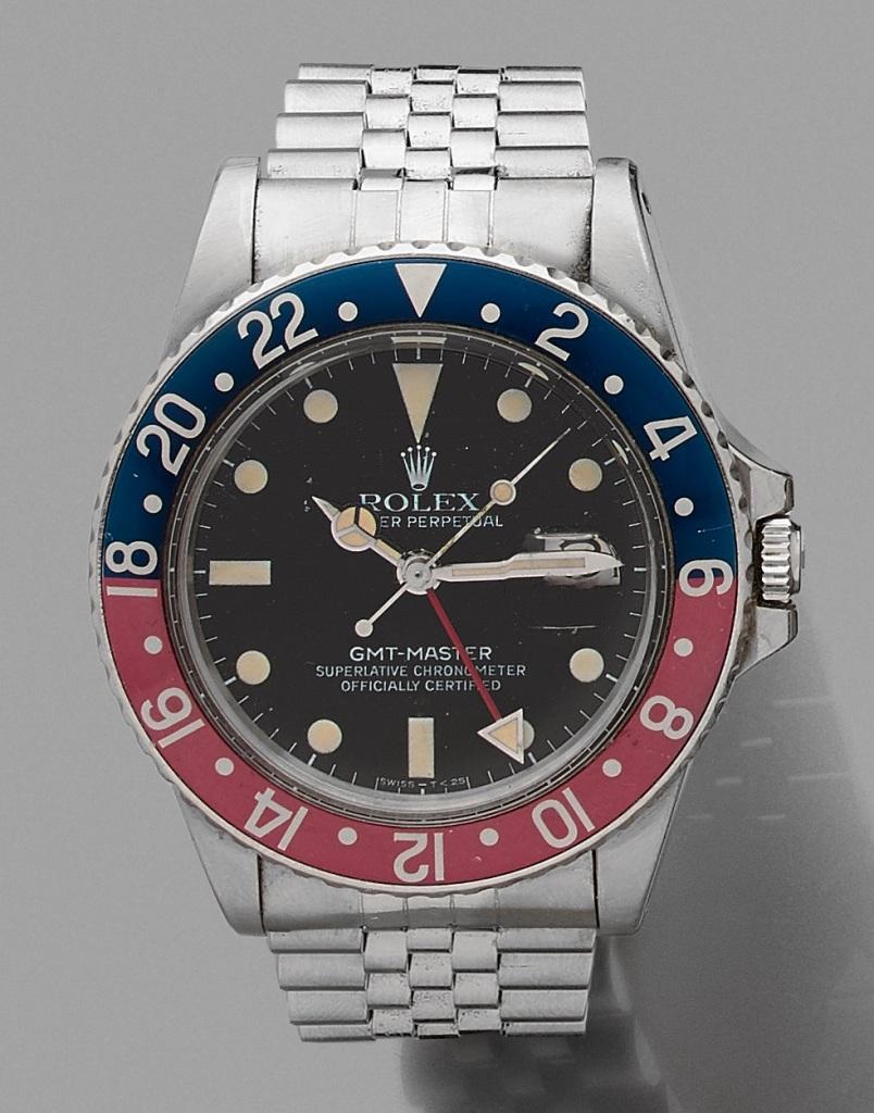 54. ROLEX BRACELET MONTRE modèle « GMT-Master 1675 Transition » en acier. Lunette tournante graduée bleue et rouge (patinés). Cadran noir, guichet dateur à trois heures. Mouvement automatique. Verre plexiglas. Bracelet « Jubilé » en acier, légèrement détendu, boucle déployante. Série 3075. Vers 1981. Signée ROLEX. Cal. : 40 mm. Long. bracelet : 16,5 cm. Ni boîte, ni papier. 6.000/8.000 Expert Cukierman