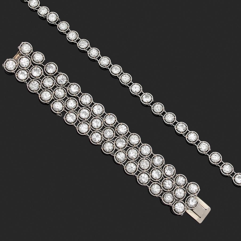 140. PARURE en platine (min.800‰) et or gris (750‰) comprenant un BRACELET et DEBRIS (partie de COLLIER). Le bracelet composé de trois rangs de 45 diamants en serti clos, taille ancienne. Les éléments d'origine du collier sertis au total de 28 diamants taille ancienne. Modèle en suite. On y joint trois maillons en platine (min.800‰) et or gris (750‰) dessertis. Poids total approximatif des diamants : 50 carats environ Accidents et manques. Long. : 15 et 33 cm. Larg. bracelet : 2,4 cm. Poids brut total : 81,2 g. 25.000/30.000 Expert Cukierman
